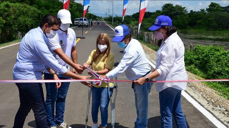Gobernadora del Atlántico entregó obras de infraestructura vial y salud en Santa Lucía